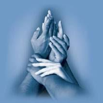 Ruke sjedinjene u svjetlosni zagrljaj izljećenja duša.