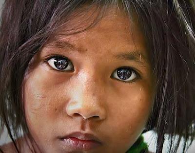 nina en pobreza