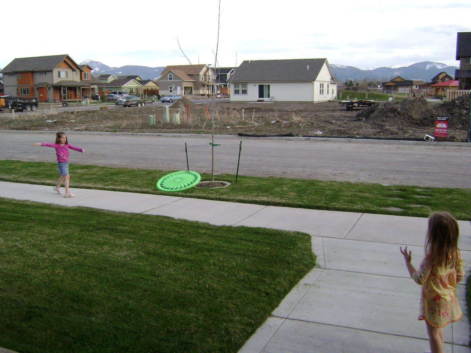 [5-4-08+Hannah+throwing+frisbee.JPG]