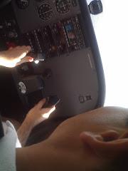 Chusito pilotando