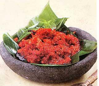 Un exemple de sambal bajak servi dans un ulek, un mortier traditionnel destiné à broyer entre autres les piments ou les cacahuètes (http://resepmasakanlengkap.blogspot.com).