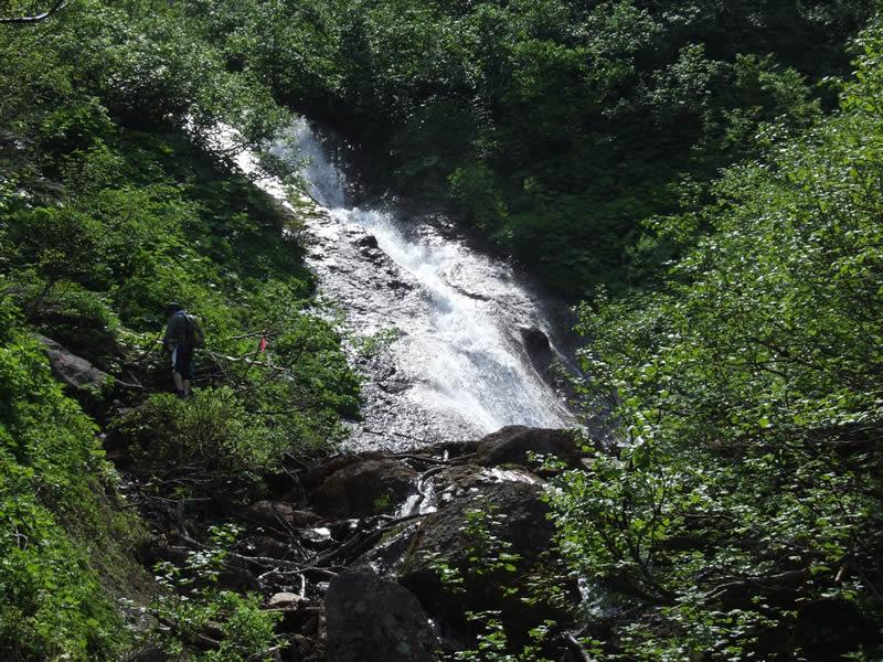 羽衣の滝と登山者 斜里岳登山道の滝