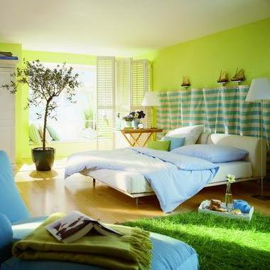 Современный интерьер спальни с яркими