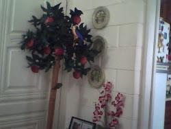 Macieira, quadros em decopage e aranjo floral