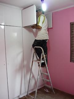 Pintor na escada