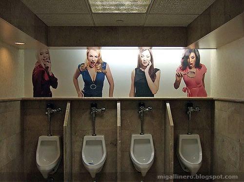 Urinarios Masculinos Con Chicas Mirando