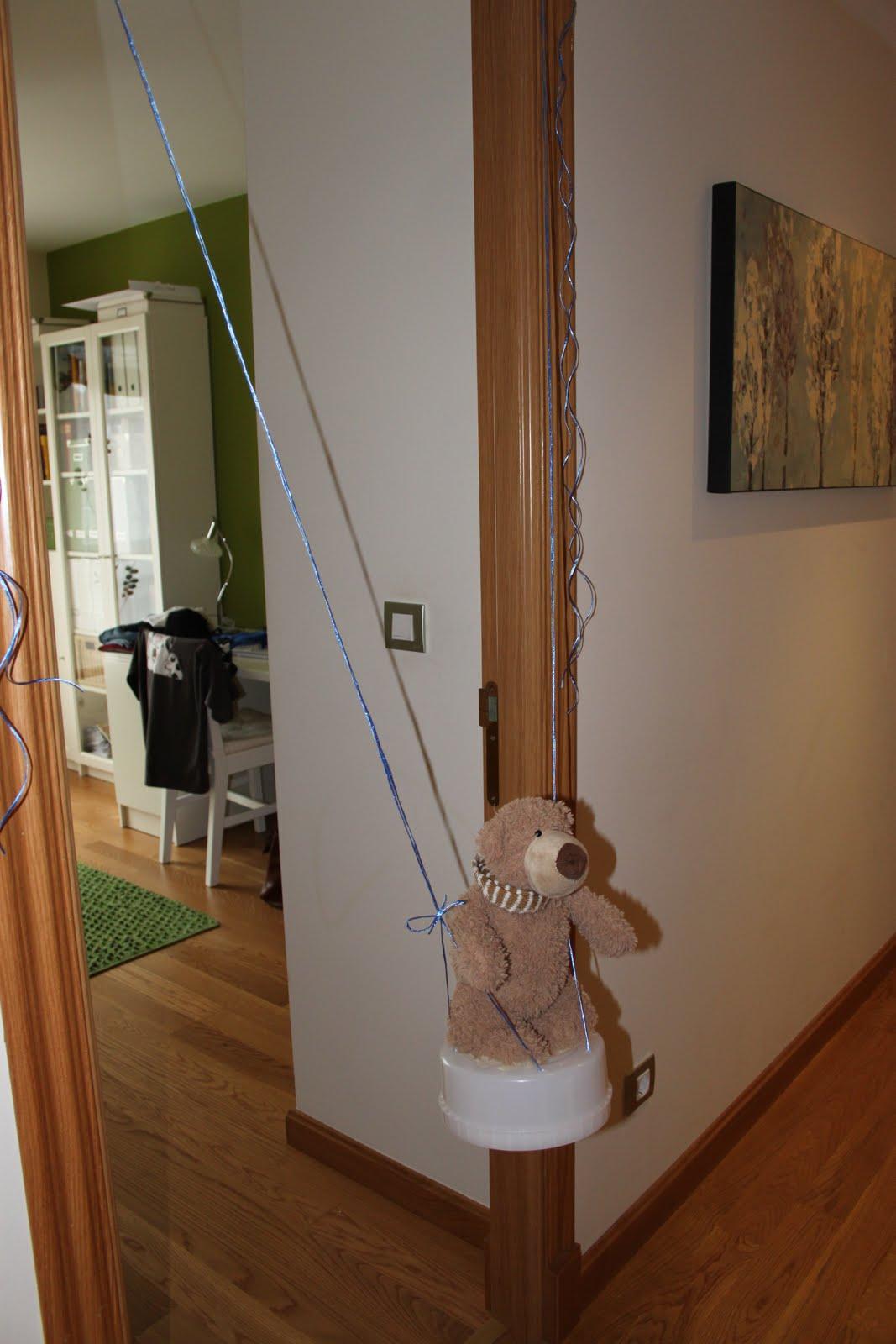 este columpio lo hicimos con cuerda blandita que tenamos por casa y con el armazn de un recambio de mi contenedor de paales tijeras y celo y listo