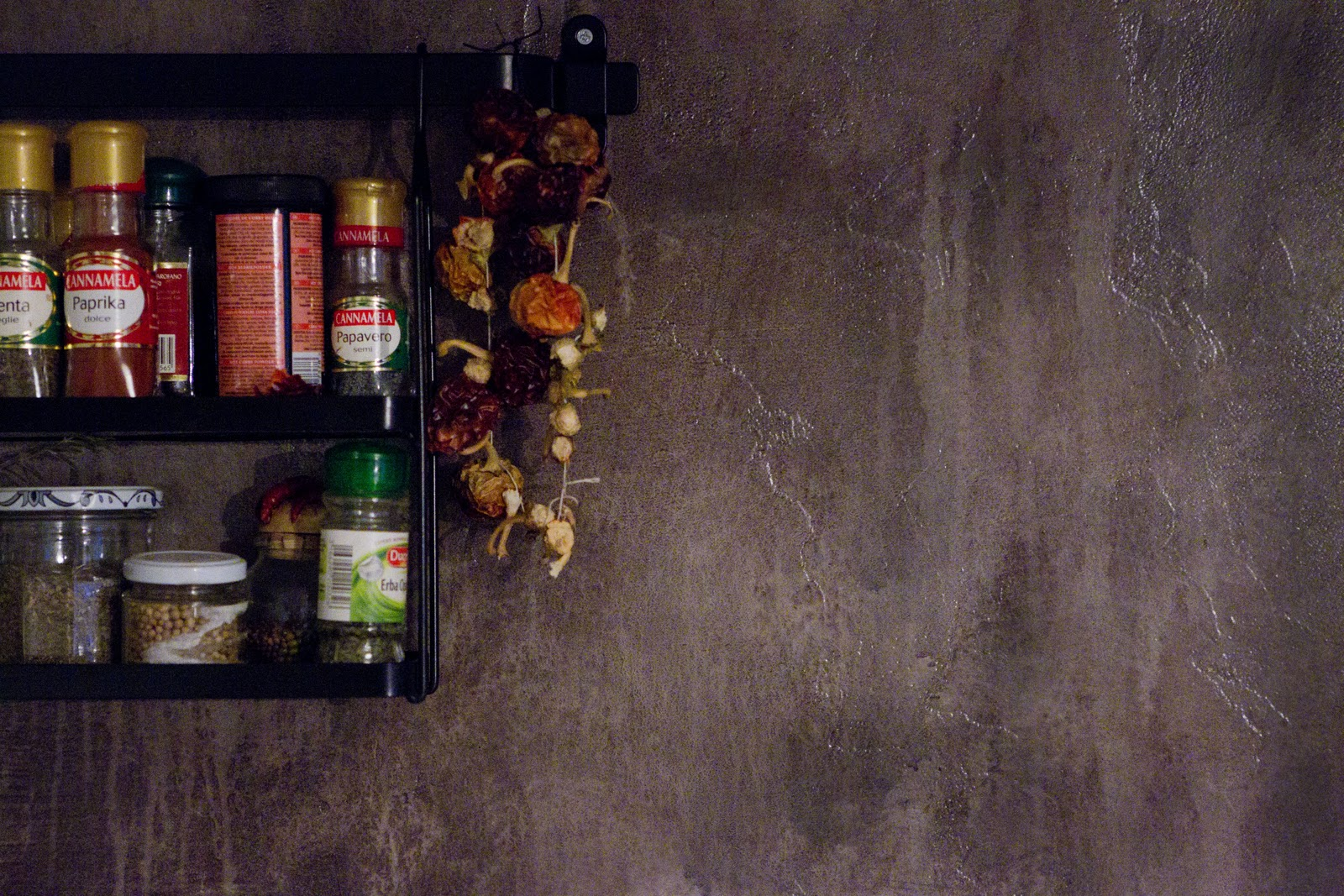 Cucina smaltata parete in resina e terre naturali tempo - Parete cucina resina ...