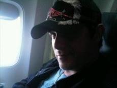 En boca de los artistas.... Alejandro Sanz viene en camino, ya está montado en el avión