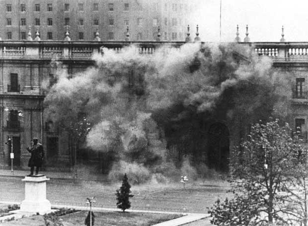 http://2.bp.blogspot.com/_y6Wlp35mRqs/TBMlt8Tp_EI/AAAAAAAAAN4/9TocXH1XyqM/s1600/Bombardeo_Moneda_durante_golpe_Estado_Pinochet.jpg