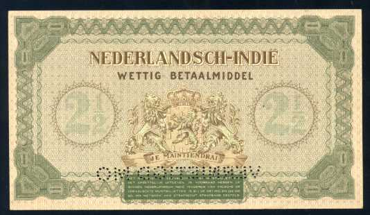 Trial colour pada pecahan 2,5 gulden 1940, perhatikan perbedaan warna dari ketiganya. Warna versi yang beredar adalah yang paling atas (coklat) sedangkan yang lainnya tidak beredar.