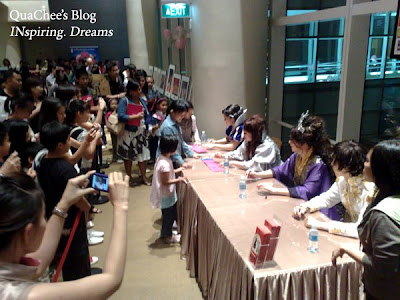 singapore snow white autograph singning session
