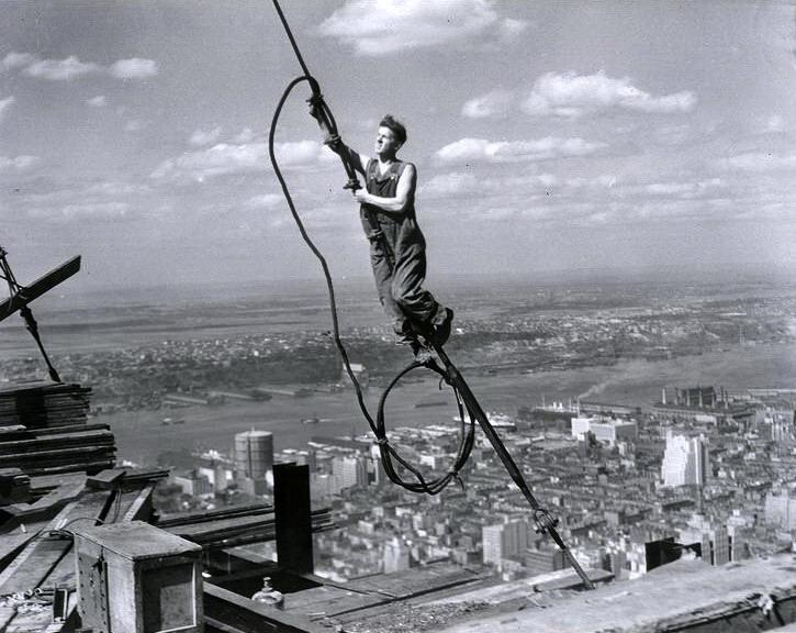 Photos d'une autre époque Lewis+Wickes+Hine+-+Icarus+Empire+State+Building+1931
