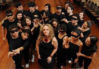 Paula Wenke e atores do Teatro dos Sentidos