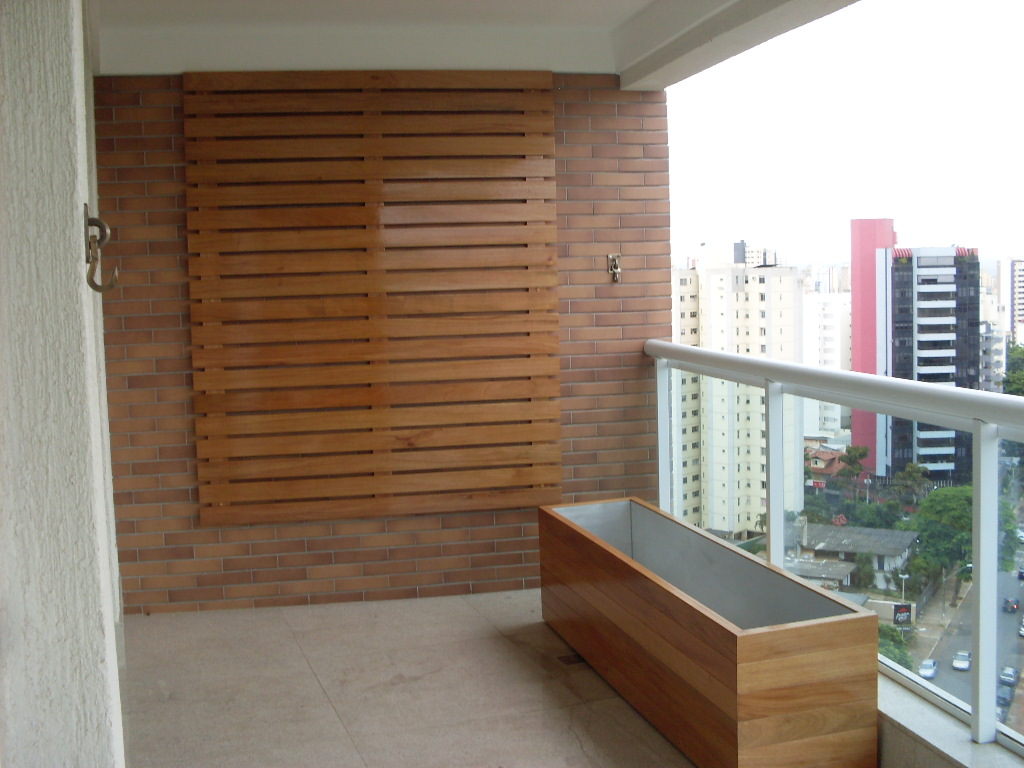 na varanda estes paineis em madeira e este cachepot também em madeira  #462C1C 1024x768