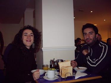 Actores desayunando