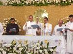 + Monseñor Victor dando la bendición.