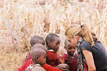Niños saliendo del colegio en Kenya
