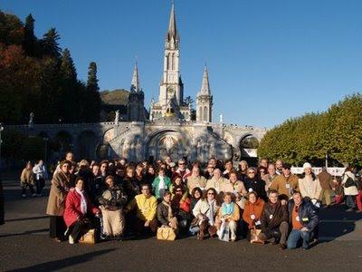 El grupo de peregrinos ante el Santuario de Lourdes