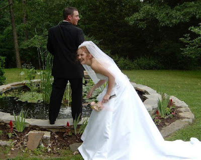 http://2.bp.blogspot.com/_yOHoM2CSXMQ/SelNmpWYpqI/AAAAAAAAPpw/G56zMscxxSs/s400/funny+wedding1.jpg