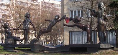 скульптура у здания библиотеки имени Я. Купалы в народном прочтении