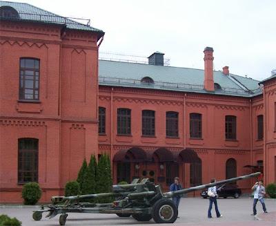 ректорат белорусского государственного университета на фоне пушек