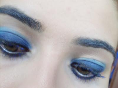 elektrik mavisi göz makyajı