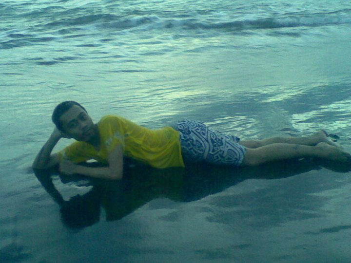 bersantai di pantai
