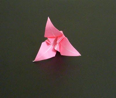 Подробная видео-инструкция, как сделать лилию-оригами с тремя лепестками из квадрата.  Такую же лилию можно сделать и...