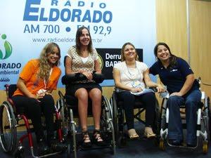 Mara ao centro das três convidadas no stand da Eldorado na Reatech