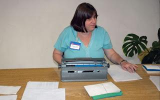 Foto de Chenque utilizando a máquina de braille