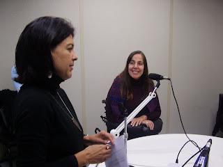 Filomena Salemme sentada na mesa do estúdio Eldorado junto com Mara Gabrilli