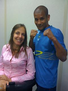 Mara ao lado de  Giovani Andrade, fazendo pose de lutador de boxe