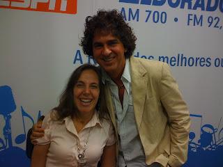 Primo Bonafini abraçado com Mara no estúdio da Eldorado