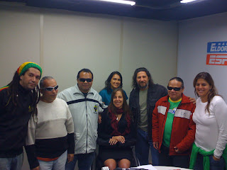 Mara rodeada pela galera da Tribo de Jah e sua assessora jurídica, a Telma, que não perdeu a oportunidade de também conhecer a turma da Tribo