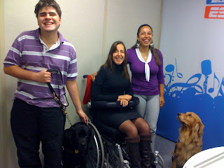 Daniel Monteiro e seu cão-guia Mac, Mara Gabrilli ao centro da foto e Jucilene Braga, observada pelo seu guia Charlie.