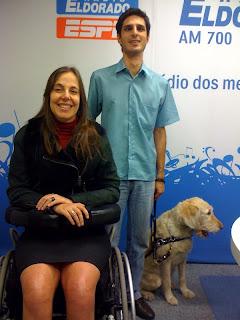 Mara ao lado de Lucas Maia e seu cão guia, no Estúdio da Rádio Eldorado