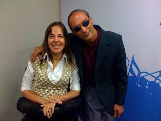 Mara ao lado do professor José Carlos da Silva. Ele veste um terno e óculos escuros