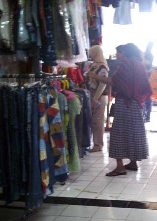 bandingkan pasar senen pembeli bajunya bagus bang berapaan nih penjual
