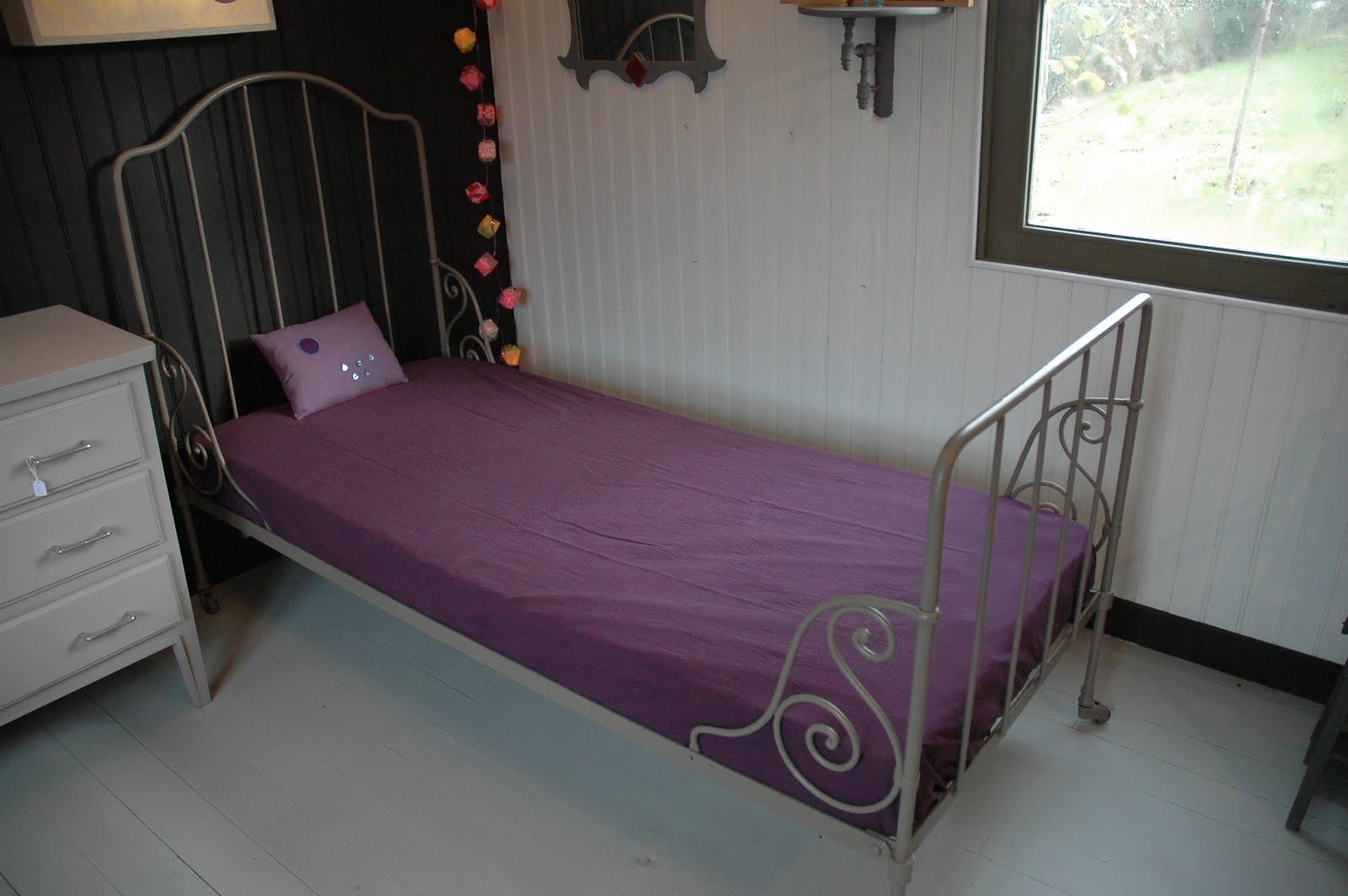 le loup rose la vanille lit ancien fer forg enfant. Black Bedroom Furniture Sets. Home Design Ideas