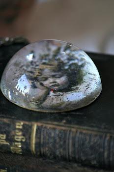 Brevpress i glas med bild på flicka