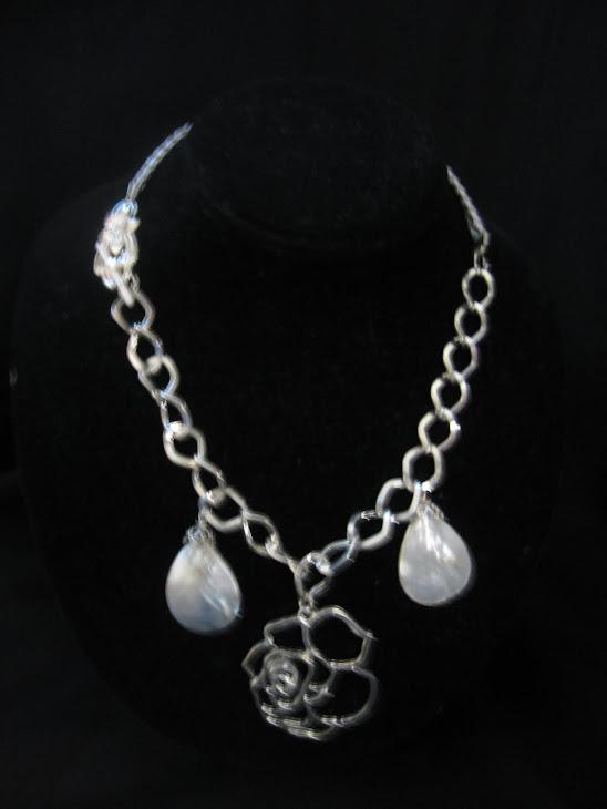 C03103 Collar Flor de Pewter, Madre Perlas y Cordon