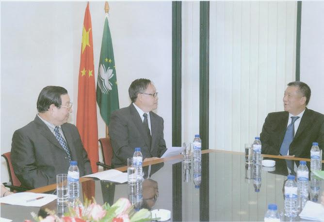 黎奕生(左二)與澳門行政長官何厚鏵(右一)晤談