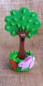 Alegrín el árbol feliz, suvenir de foami, cuyo soporte es una tapa plástica de botellón de agua.