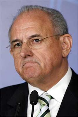 Jobim pede exoneração de general que criticou programa de Direitos Humanos
