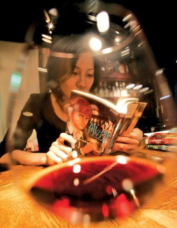 mulher lendo o mangá As Gotas de deus