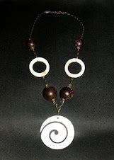 Spirale et anneaux en nacre, perles en bois