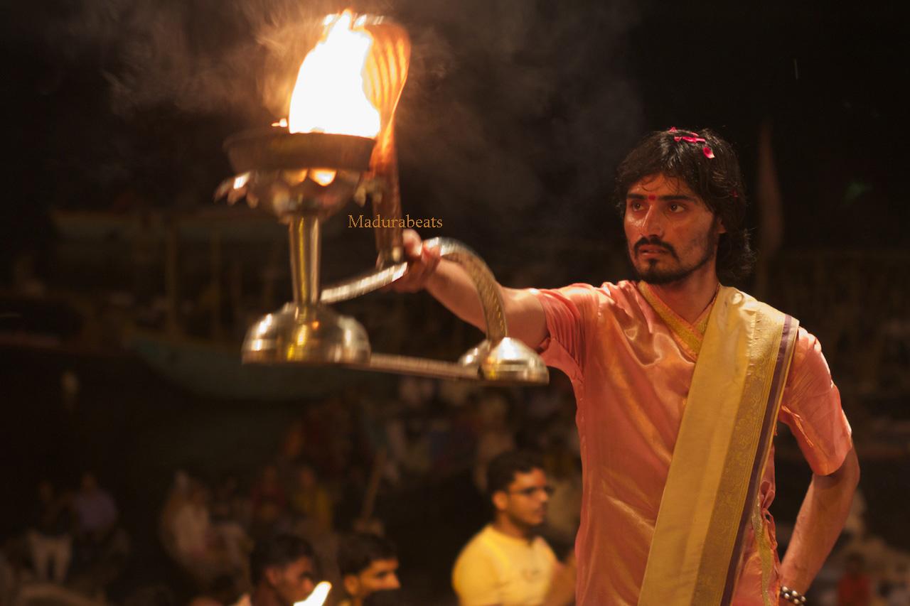 http://2.bp.blogspot.com/_z4BcYVnVAso/TP3ZmM_3p4I/AAAAAAAAAsg/V6XvnB6cGL0/s1600/Varanasi-night-rituals-pooja.jpg