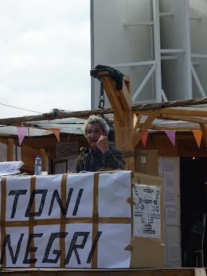 Toni Negri op vrijdag 26 juni 2009 op het Bijlmer Spinoza Festival, het kunstproject van Thomas Hirschhorn