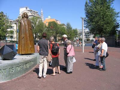 De Spinoza-excursie op 23 augustus 2009. Jossi Efrat geheel rechts